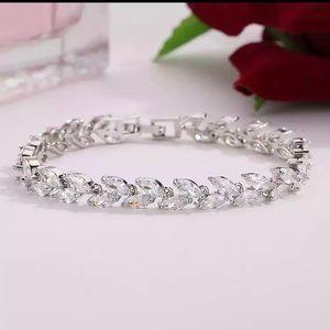 Jewelry - White Gold Cz Leaf Shape Bracelet 🤍